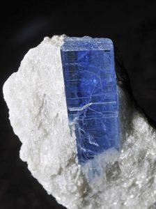 Рис. 1. Пример анизотропности - кристалл минерала дистена. В продольном направлении его твердость равна 4,5, в поперечном – 6.