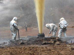 Работа аварийно-спасательной службы по ликвидации открытого фонтана нефти